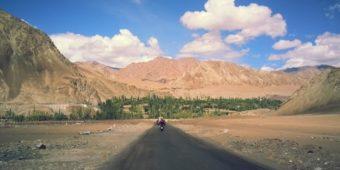 paysage inde himalaya en moto