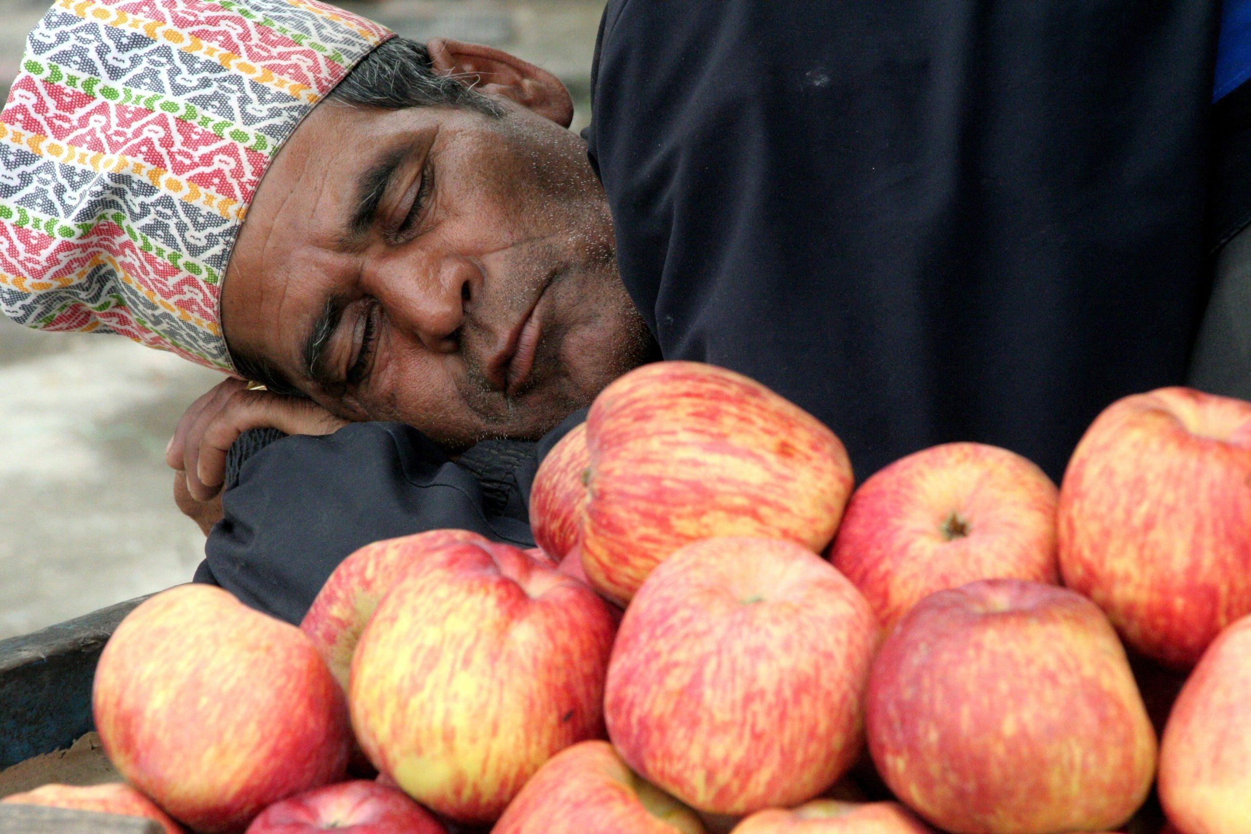 homme marché népal